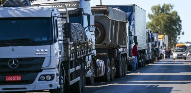 21mai2018---caminhoneiros-fazem-protesto-contra-a-alta-no-preco-dos-combustiveis-na-br-040-proximo-a-brasilia-df-1526907657044_615x300
