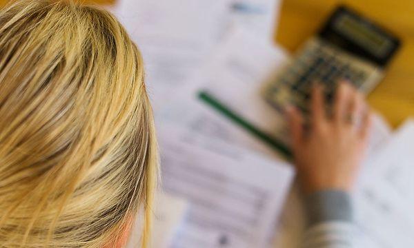 Frau-mit-Schulden-und-Rechnungen_151457445076593_v0_h